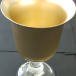 Decoration of a cup with gold-metalic on the inside (sprayed)